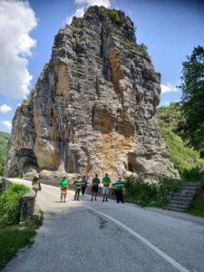 Η ομάδα των Πράσινων και Πειρατών που συμμετέχουν στην καμπάνια μπροστά από το βράχο πάνω από το γεφύρι του Νούτσου στο δρόμο μεταξύ των χωριών Κουκούλι, Δίλοφο και Κήποι στο Κεντρικό Ζαγόρι. Τα μονοπάτια που οδηγούν στο γεφύρι έχουν σκαλιστεί πάνω στο βράχο. Από κάτω ρέει ο Βοϊδομάτης.